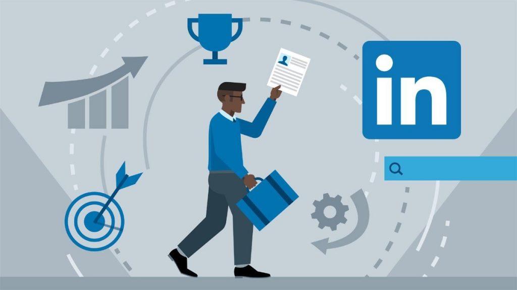 Warto założyć konto na LinkedIn i znacząco zwiększyć swoje szanse na zdobycie pracy. Pewnie niejeden raz słyszałeś historię znajomego, który otrzymał ofertę pracy, ponieważ rekruter skontaktował się z nim za pośrednictwem portalu LinkedIn. A może pierwszą rzeczą, którą zauważyłeś po rozmowie rekrutacyjnej było to, że Twój przyszły szef przeglądał Twój profil?